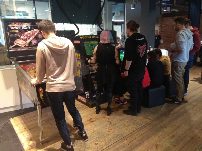 Retro do wynajęcia: flippery, arcade, konsole